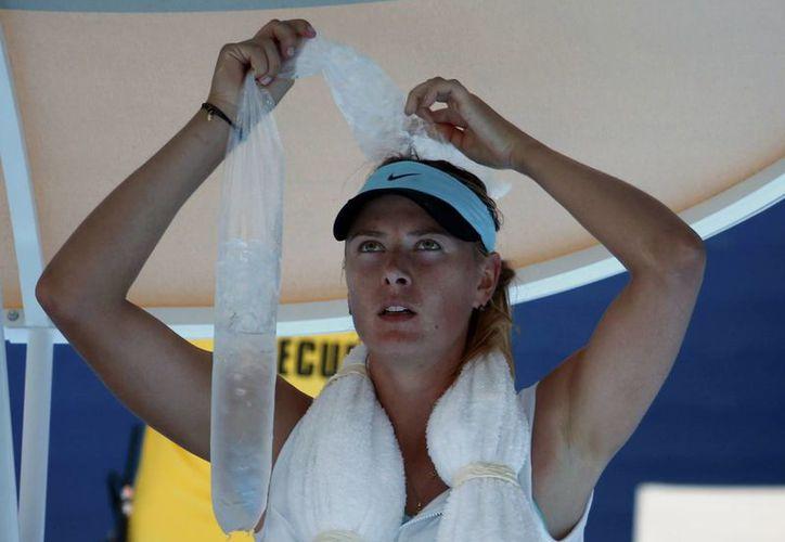 La tenista rusa María Sharapova al protegerse del calor extremo durante el Abierto de Melbourne que se disputó en enero del año en curso. (espanol.rfi.fr)