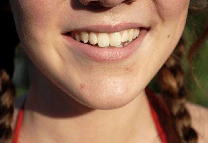 Lavarte los dientes con bicarbonato de sodio puede ayudarte a tener una dentadura libre de sarro. (Labioguia.com)