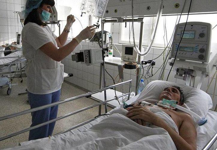 Al menos 18 personas resultaron enfermas por intoxicación alcohólica. Imagen de contexto de un enfermo en un hospital de Rusia. (sputniknews.com)