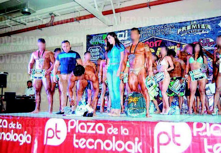 """La candidata con el """"Chalpa"""", en el concurso Sr. Cafú 2017, del cual fue patrocinadora. (Redacción/SIPSE)"""