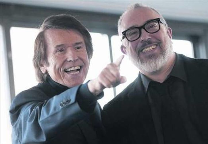 El cantante Raphael (i) volvió al cine de la mano del director Alex de la Iglesia con 'Mi Gran Noche', comedia que retrata los problemas sociales y económicos de España reflejados en la industria de la televisión. (elperiodico.com)