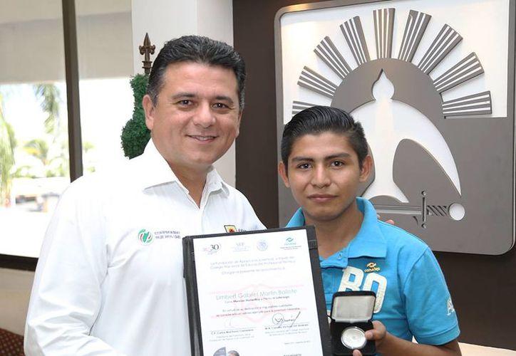 Limbert Gabriel Martín Ballote fue felicitado por el presidente municipal de Cozumel, Fredy Marrufo Martín. (Cortesía)