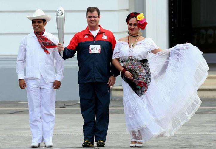 El presidente municipal de Veracruz, Ramón Poo, inició el trayecto en la Plaza de la República flanqueado por una pareja engalanada de jarochos. (Foto: Notimex)