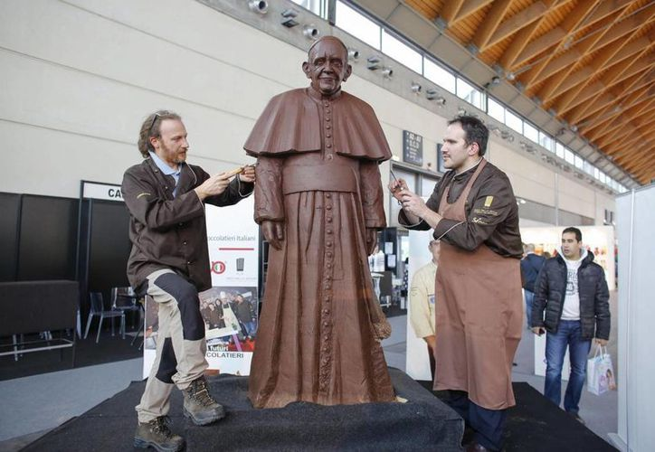 Fotografía de una estatua de chocolate del Papa Francisco, en la exposición Sigep Internacional de la feria de comercio de Rimini, Italia, el 18 de enero de 2014. (EFE)