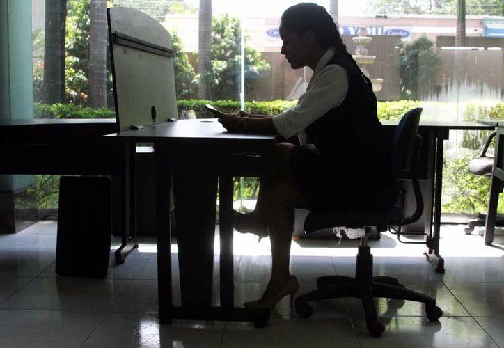 Conservar una buena postrura favorece a mitigar afectaciones por permanecer sentado largas jornadas. Imagen de contexto. (Milenio Novedades)