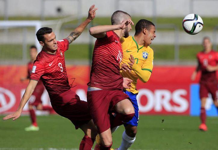 Brasil sobrevivió el domingo a su segunda definición seguida por penales y se impuso a Portugal por 3-1 para pasar a las semifinales del Mundial Sub20 de la FIFA, en la imagen se observa una acción del encuentro. (AP)