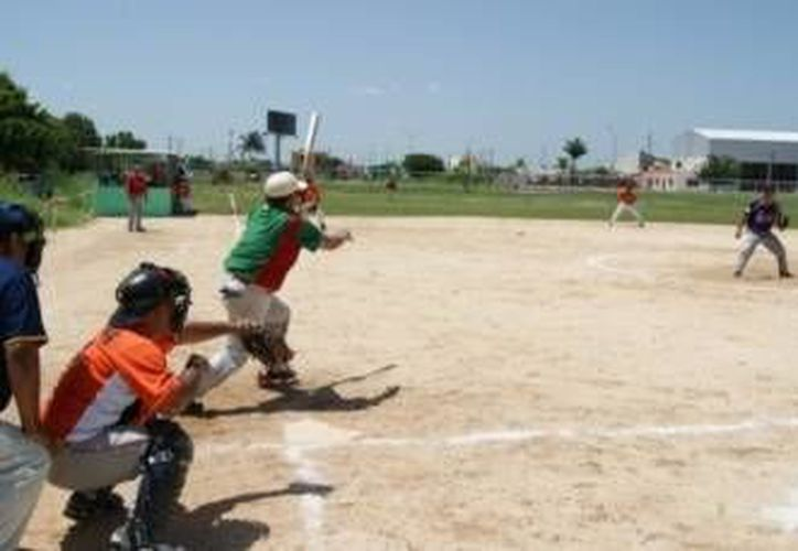 Bombarderos vencieron a Seleccionados y ahora disputarán la final contra Astros en el torneo de veteranos de la colonia Cortés Sarmiento. (Milenio Novedades/Foto de contexto)