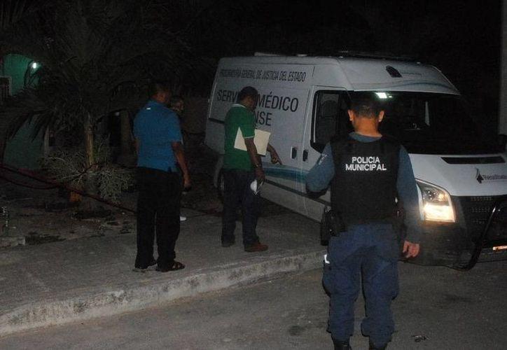 Personal del Servicio Médico Forense realizaron el levantamiento del cuerpo del joven de 23 años. (Redacción/SIPSE)