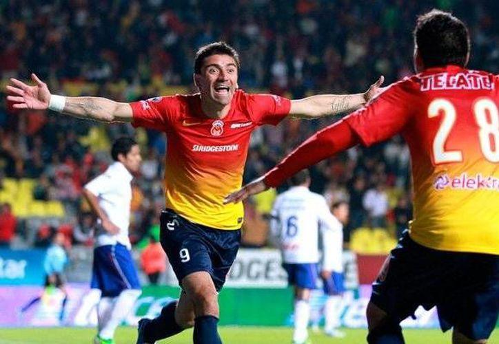 El chileno Mancilla (foto) hizo dos goles para el Morelia. (www.vavel.com)