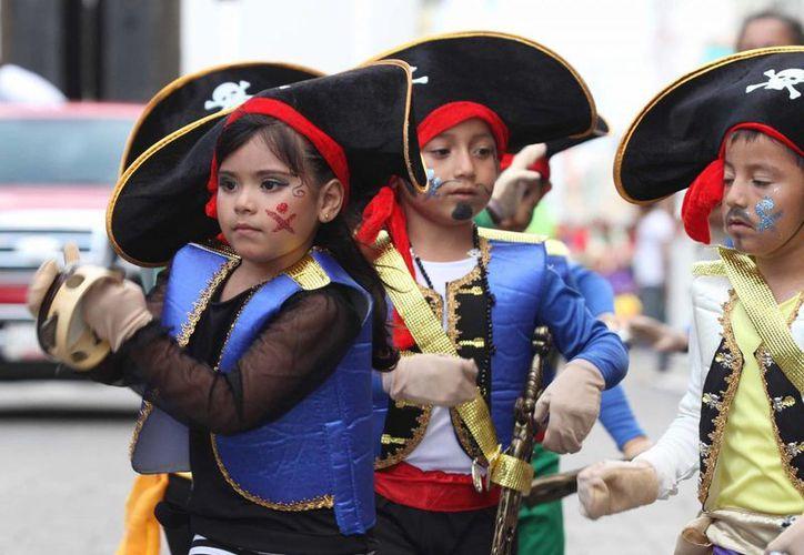 Una de los 17 contingentes infantiles que participaron en el desfile de jardines de niños en el centro de Mérida, como parte del Carnaval 2014. (Cortesía)