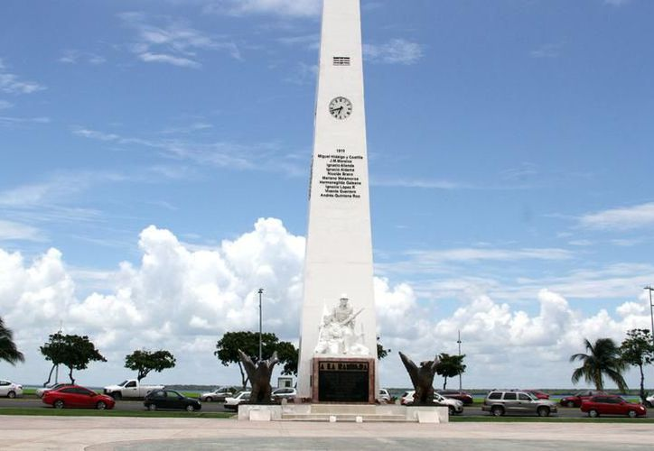 El Obelisco de Chetumal tiene la base en mal estado.  (Alejandra Carrión/SIPSE)