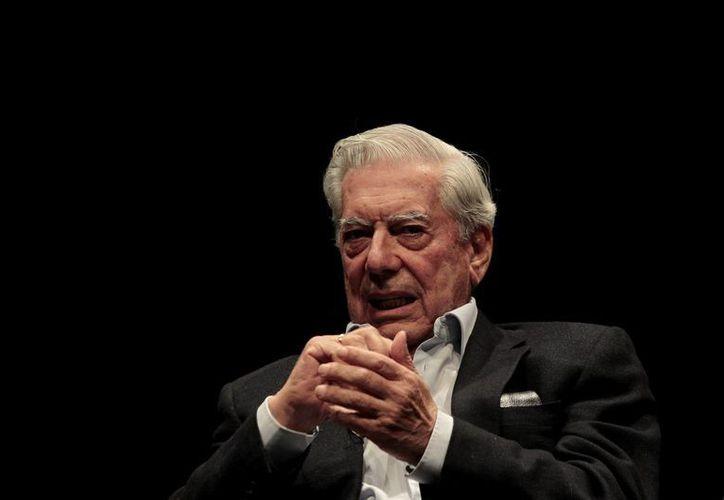 Mario Vargas Llosa dio de qué hablar tras dejarse fotografiar con Isabel Preysler, exmujer de Julio Iglesias. (Archivo/Notimex)