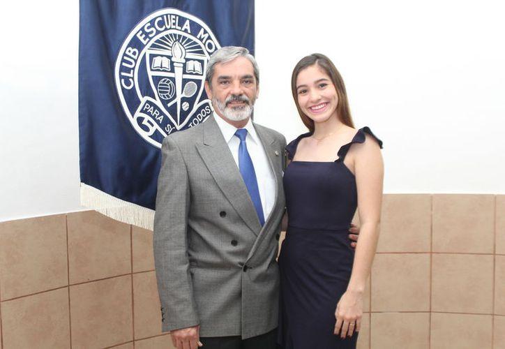Orlando Raúl Cámara Moguel, Presidente del Club Escuela Modelo, acompañado de la nueva embajadora, Srita. Paulina Flota Duch