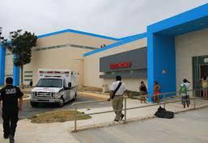 Una ambulancia trasladó a las lesionadas al hospital general. (Redacción/SIPSE)