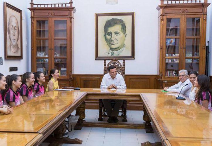 El gobernador Rolando Zapata Bello en reunión con atletas del Club de Gimnasia Rítmica 'Heymo'. (SIPSE)