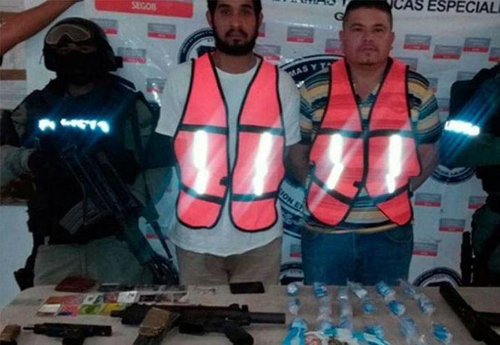 La policía de Tamaulipas detuvo a 2 personas con todo un arsenal, y los identificó como líderes del cartel de las drogas Los Zetas. (excelsior.com.mx)