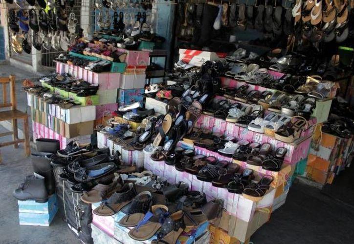 Jóvenes y adolescentes son los que más disfrutan de este calzado pues se encuentra en precios de entre los 80 y 120 pesos. (Francisco Sansores/SIPSE)