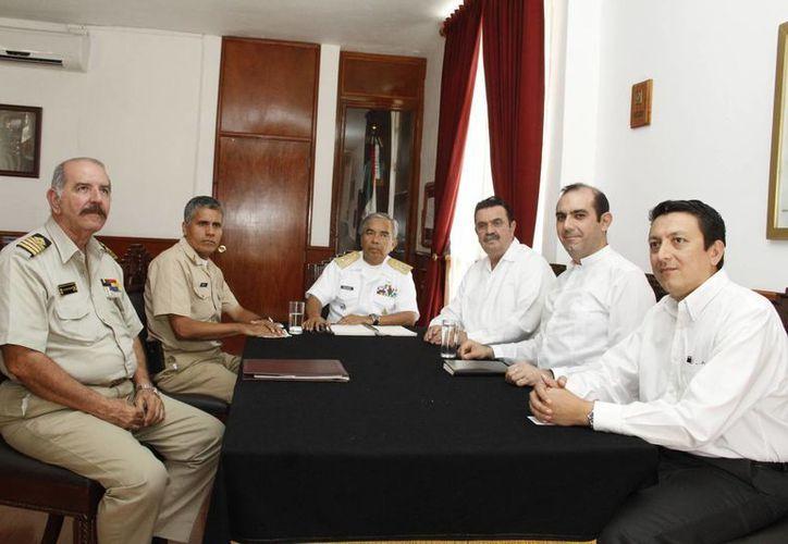 Autoridades de la Semar y el Gobierno de Yucatán en reunión este jueves. (SIPSE)