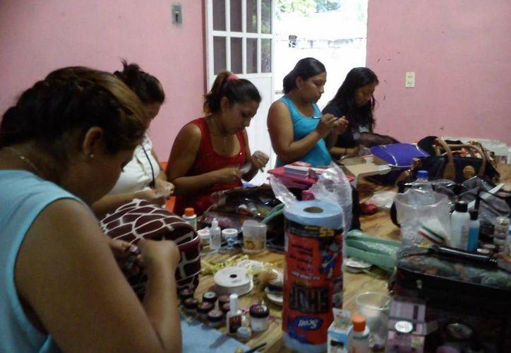 Se impartieron cursos de inglés básico, colocación de uñas de acrílico, inglés complementario y camarista de calidad. (Redacción/SIPSE)