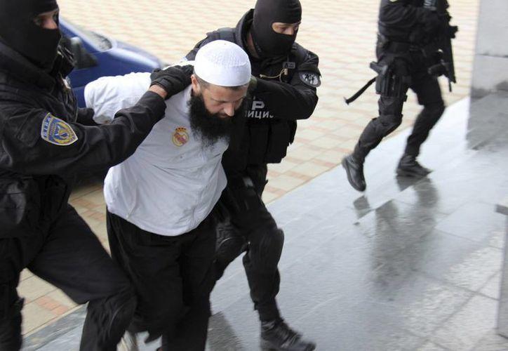 Policías arrestan a un sospechoso de reclutar gente para el Estado Islámico, este miércoles 3 de septiembre, en Sarajeo, capital de Bosnia-Herzegovina. (Foto: AP)