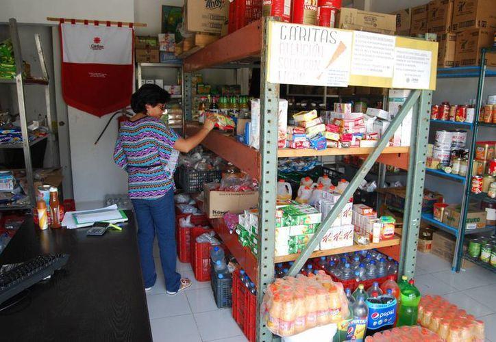 Los seis  voluntarios del lugar clasifican los productos y realizan la limpieza. (Tomás Álvarez /SIPSE)