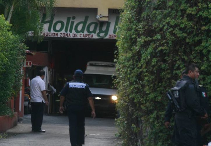 La explosión en el cuarto de máquinas del hotel Holday Inn de Mérida causó lesiones a cinco personas. En la imagen, los paramédicos llegan al lugar. (Jorge Sosa/SIPSE)