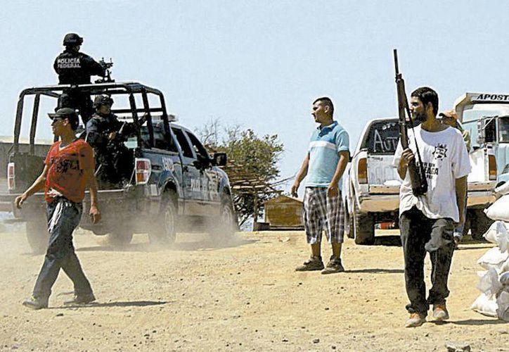 Civiles llevan a registrar sus armas. (Jorge Carballo/Milenio)