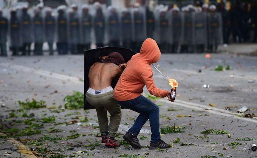 La sede de la embajada de España en Caracas fue atacada con varias bombas incendiarias. (AFP).
