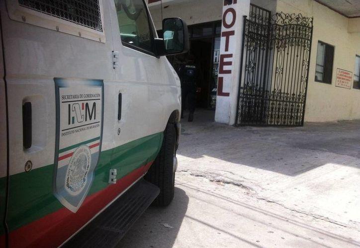 El Instituto Nacional de Inmigración llegó hasta el hotel, ubicado en la avenida José López Portillo en la Supermanzana 74. (Sergio Orozco/SIPSE)