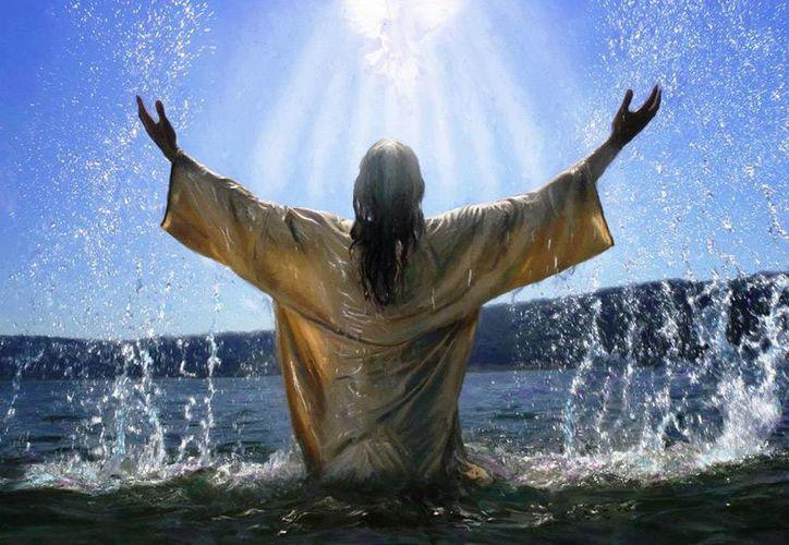 El bautismo de Jesús es la manifestación de la identidad de Jesús de Nazareth: Hijo de Dios y Mesías, y al mismo tiempo miembro de la Trinidad: Dios es Padre, es Hijo y es Espíritu Santo. (amordelosamores.com)