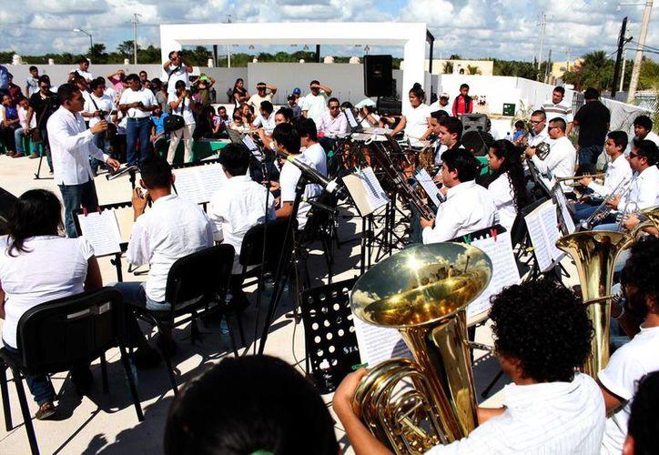 Como parte de la inauguración de la Casa de la Cultura en Tizimín, la Banda Sinfónica 'Luis Luna Guarneros' amenizó el evento.  (Milenio Novedades)