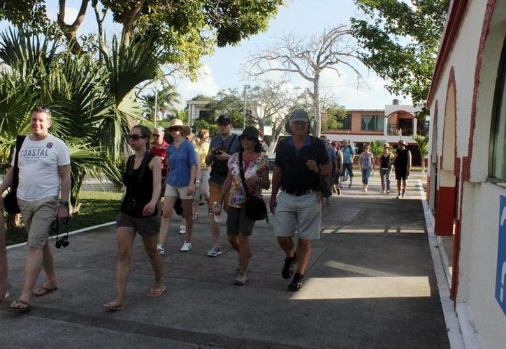 Durante la temporada vacacional invernal, los turistas tenían que trasladarse a sus hoteles en dos taxis o a pie. (Javier Ortiz/SIPSE)