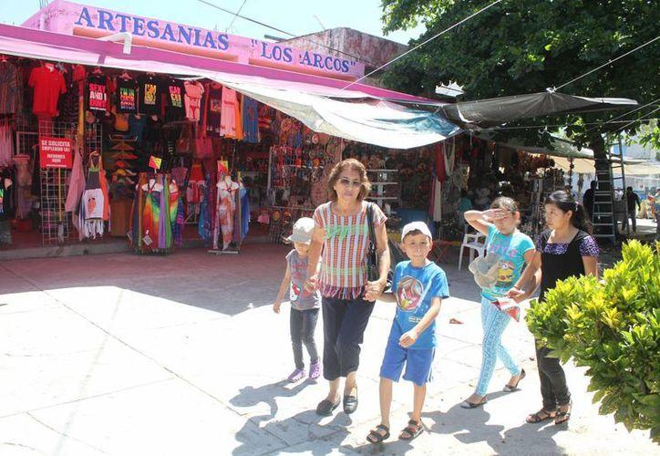 El turismo nacional es fuerte candidato de compras en el mercado 28. (Sergio Orozco/SIPSE)