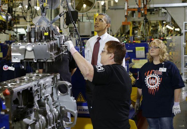 Obama prometió a empleados de una empresa automotriz pelear por ampliar los alivios impositivos a la clase media antes que termine el año. (Agencias)