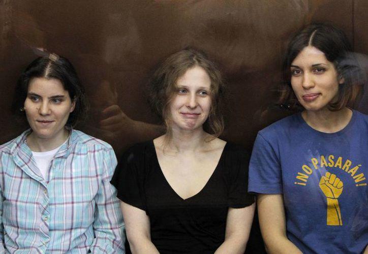 Tolokonnikova (der.) podría padecer una enfermedad grave. (Archivo/Reuters)