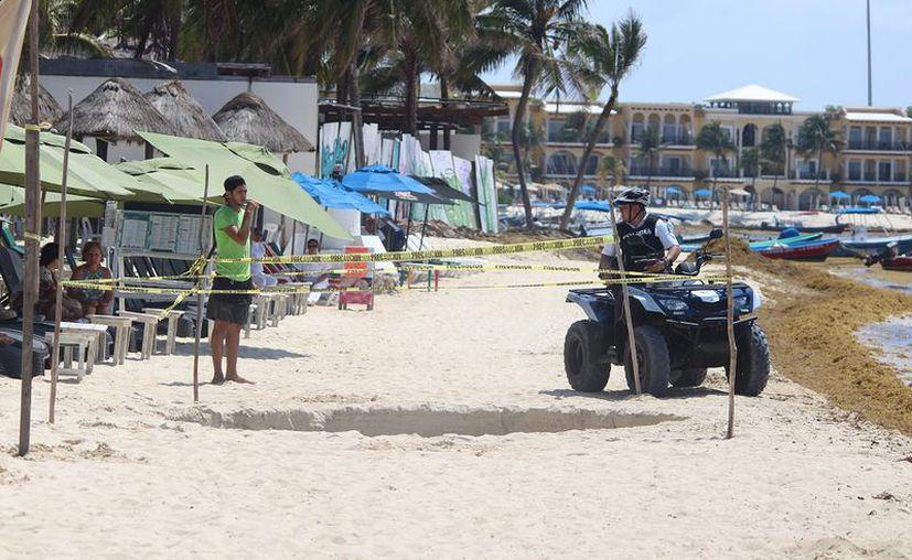Personal de guardavidas de Protección Civil acordonó el área para evitar que 'curiosos' corran peligro ante la posible inestabilidad de la zona. (SIPSE)