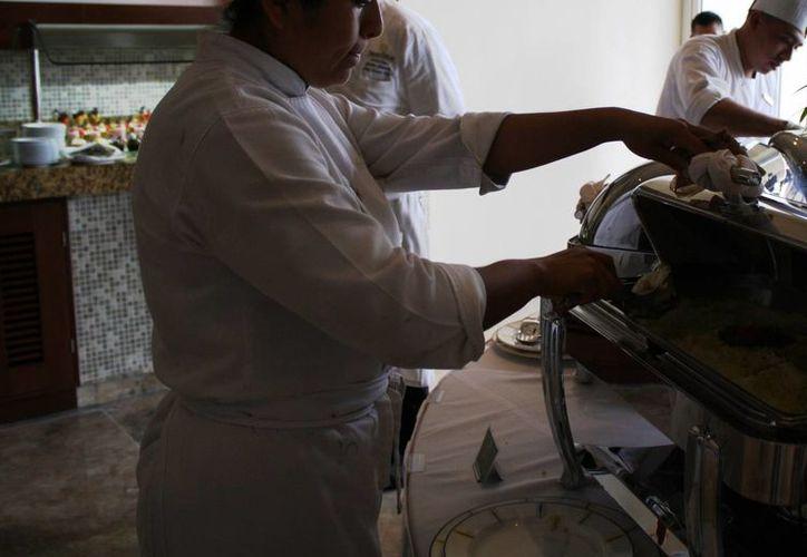 Al mes se reciben al menos dos denuncias por malas prácticas en los comedores de empleados en hoteles. (Octavio Martínez/SIPSE)