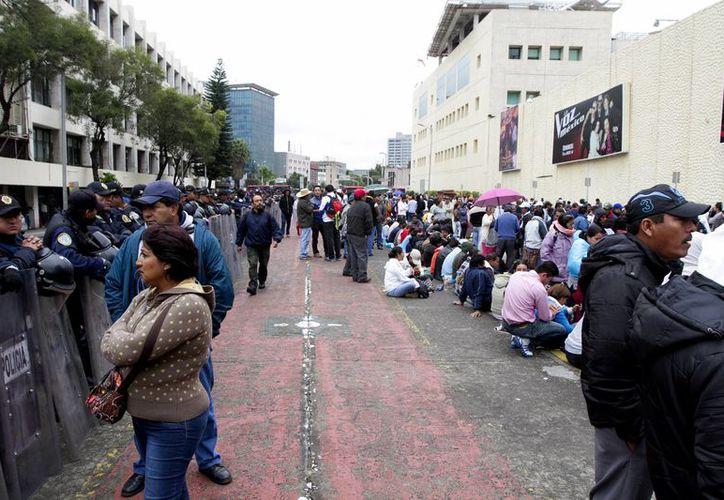 Los docentes mantienen bloqueado el paso sobre la Av. Chapultepec. (Notimex)