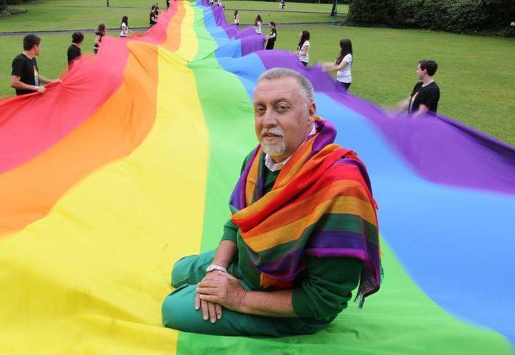 Baker cosió unas telas que él mismo había teñido para crear esa bandera arcoíris. (pridewinnipeg.com)