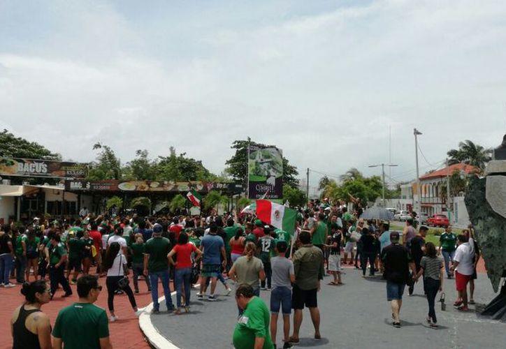 Los aficionados aprovecharon el festejo del Día del Padre y la primera victoria de México en la Copa del Mundo Rusia 2018. (Joel Zamora/SIPSE)