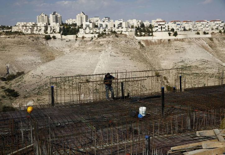 Un trabajador labora en un área de construcción en el asentamiento de Maaleh Adumim, en Cisjordania. (AP/Mahmoud Illean)