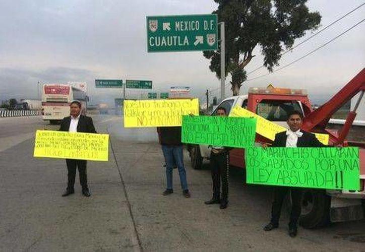 Manifestantes en la carretera México-Puebla. En muchos casos, granaderos han tenido que intervenir. (Milenio)