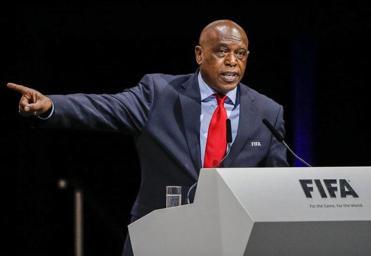 El candidato africano Tokyo Sexwale renunció a su candidatura a la Presidencia FIFA, esto debido a que no se siente favorito para ganar las elecciones.(AP)