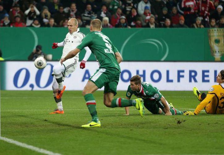 Robben (i) anotó el primer gol del Bayern ante el Augburg, pero después salió lesionado. El Bayern avanzó a cuartos de final de la Copa de Alemania. (Agencias)