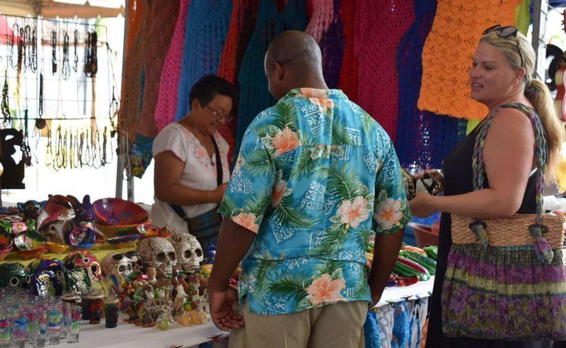 Las compras de los visitantes extranjeros benefician a locatarios y negocios cercanos al malecón. (Gerardo Keb/Novedades Yucatán)