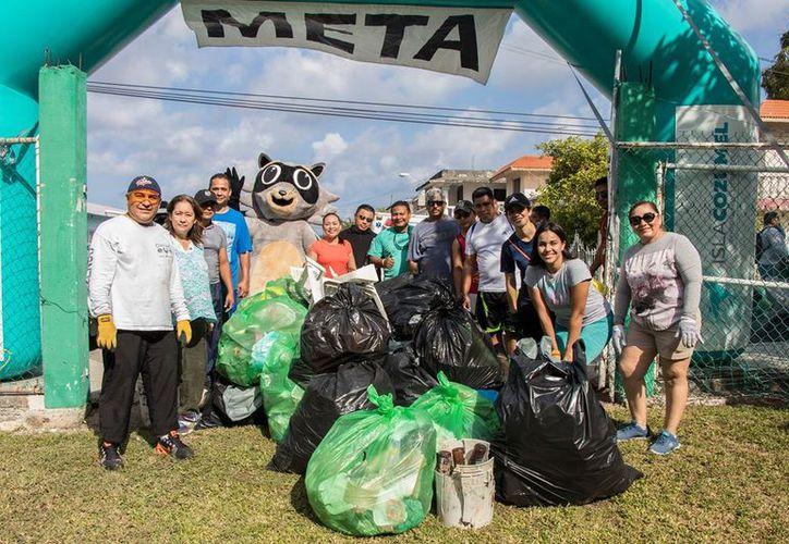 En el evento 'Limpiando Cozumel' participaron 24 grupos integrados por ocho personas.  (Foto: Facebook)