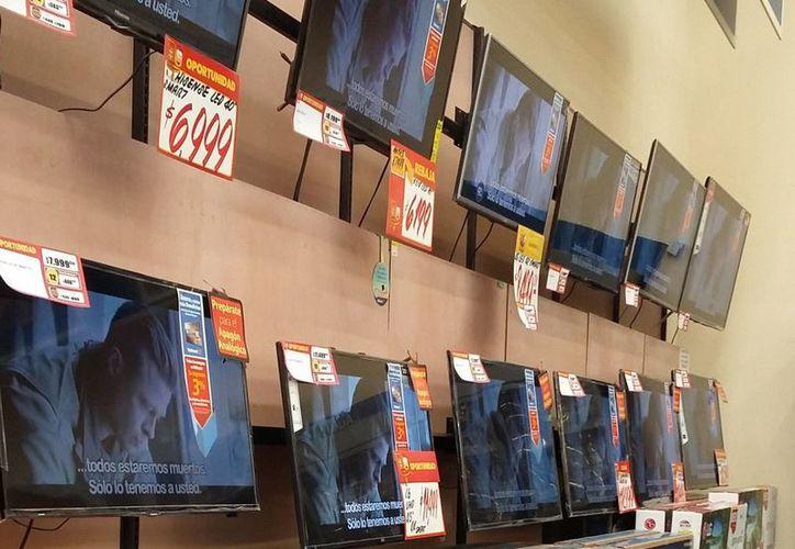 Las tiendas de autoservicio están ofertando televisores digitales. (Israel Leal/SIPSE)