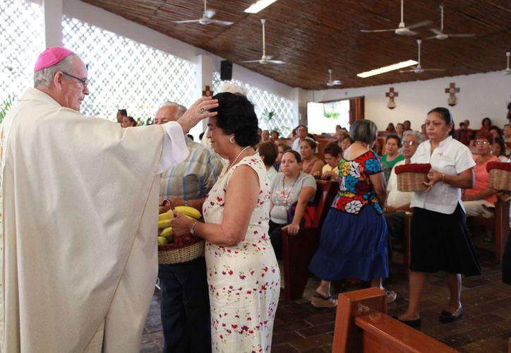 El obispo de la prelatura Cancún-Chetumal durante las actividades religiosas. (Luis Soto/SIPSE)
