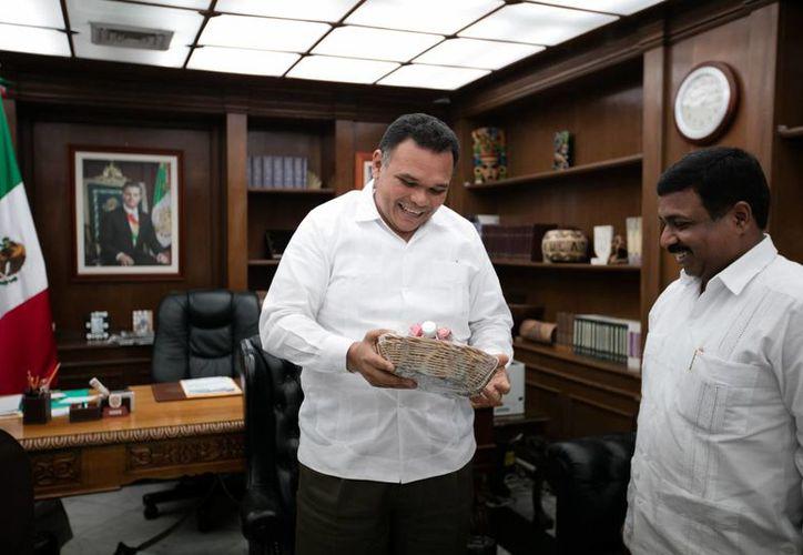 Yucatán e India buscan fortalecer sus relaciones. Este lunes el  embajador de la India en México, Muktesh Kumar Pardeshi, visitó al Gobernador de Yucatán. (Foto cortesía del Gobierno estatal)