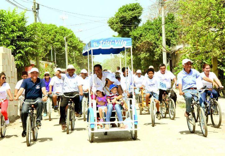 Mauricio Villa Dosal recorrió en bicicleta algunas comunidades del sur de Mérida. (Milenio Novedades)
